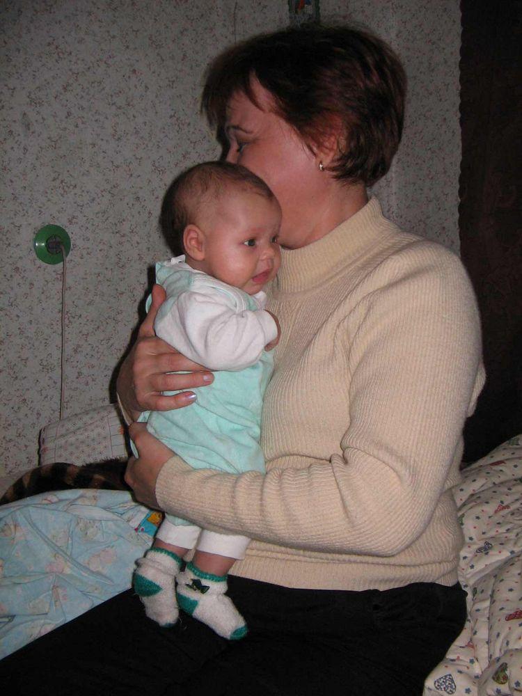 ну сами знаете, что это моя бабушка меня держит