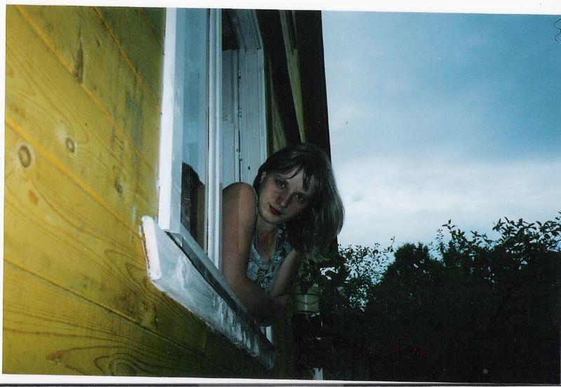 она фото девушки выглядывает с окна форточки любимы всеми мужчинами