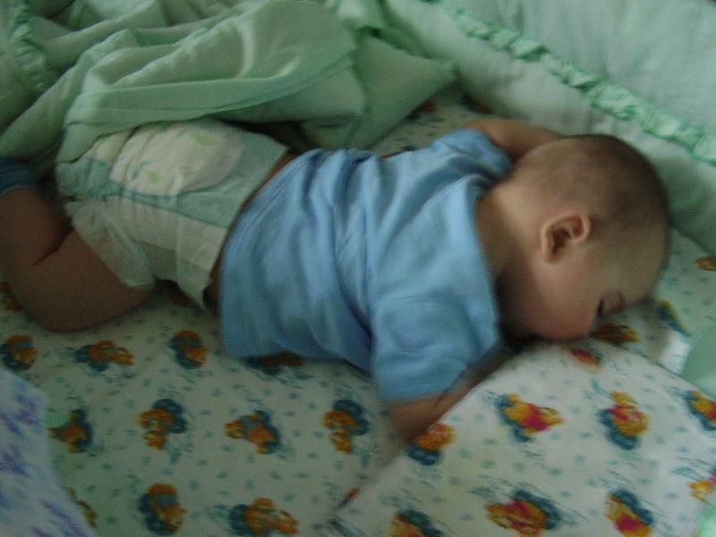 настоящее время ребенок первый раз уснул на животе быстро