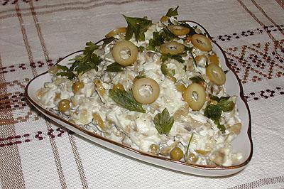 Салат из курицы с оливками