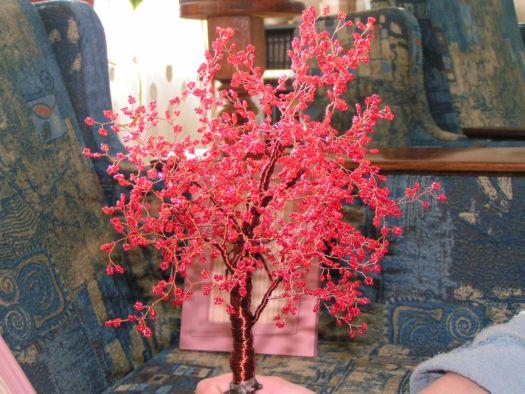 Красное деревце, другого бисера не было.
