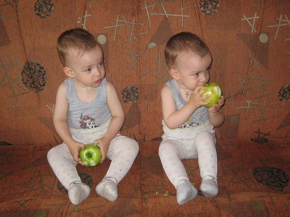 какое вкусное яблоко :)