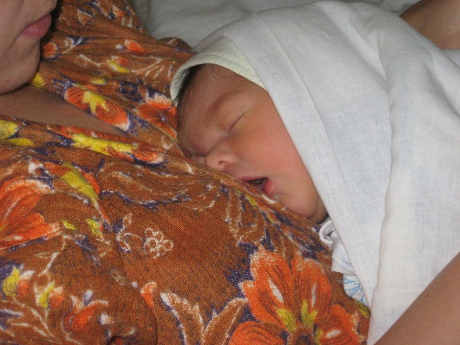 Спит малыш у мамы на ручках