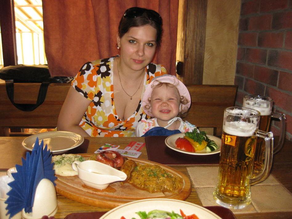 В немецком ресторане. Коронная улыбка)