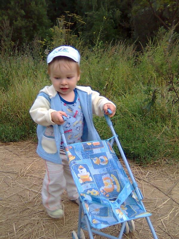 Вырос парень, сам уже с коляской гуляет