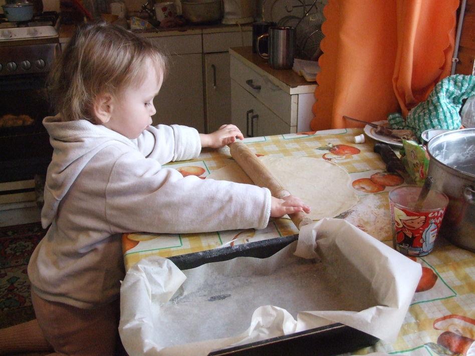 Хозяюшке 2 года а уже сама печет рогалики
