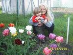 Мама и дочка на цветочной грядке