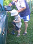 Меряет с дедом давление в шинах.