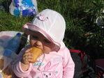 какая же вкусная булка ))) доче 10 месяцев ))