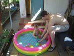 В бассейне освежается