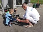 Сам накачивает шины на своём велосипеде.