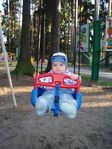 Катаюсь в парке на качелях