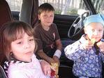 Молодежь по тихому в машине лопает чипсы.
