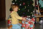 разбирает подарки