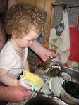 Помогаем папе мыть посуду!