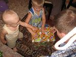 Подарок распаковываем