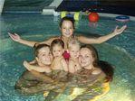 В бассейне с двоюродной сестренкой