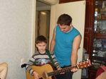 крестный учит играть на гитаре